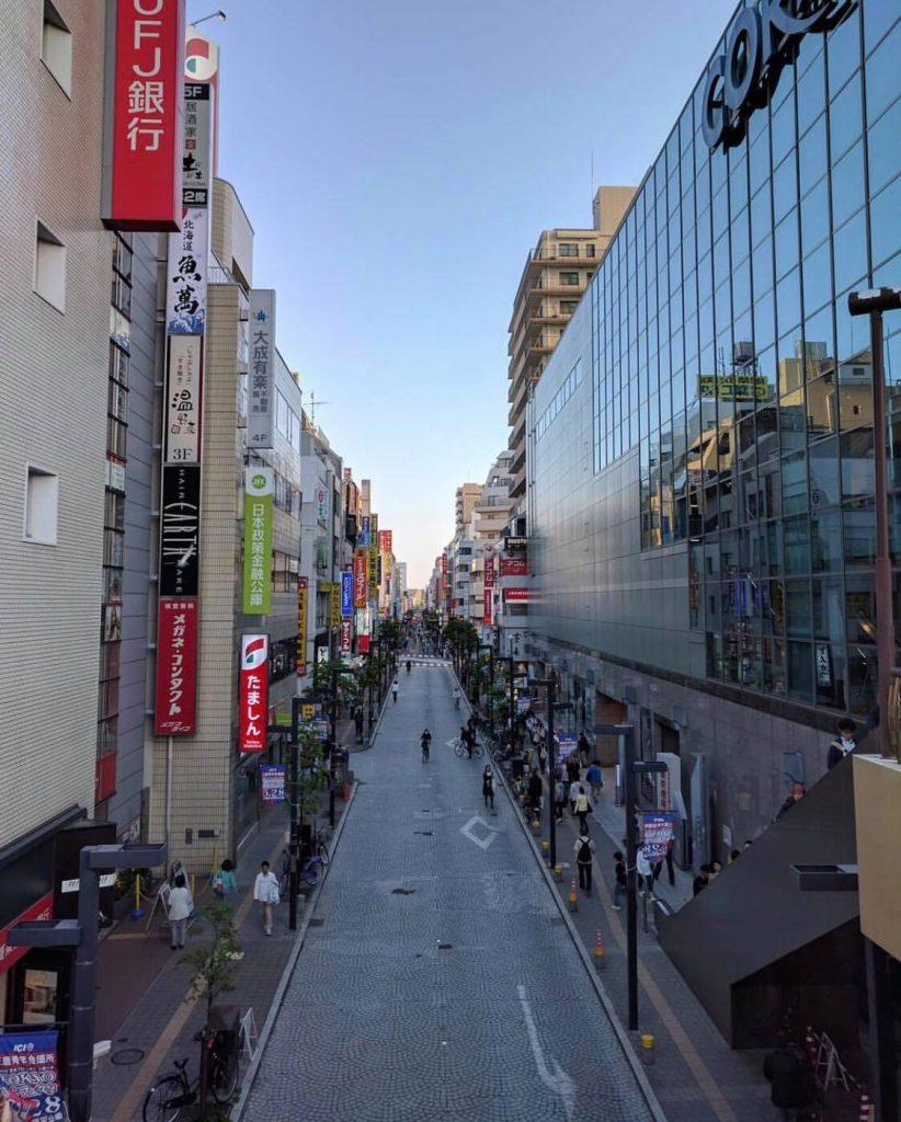 三鷹駅前の商店街。学生生活にはとても便利です。